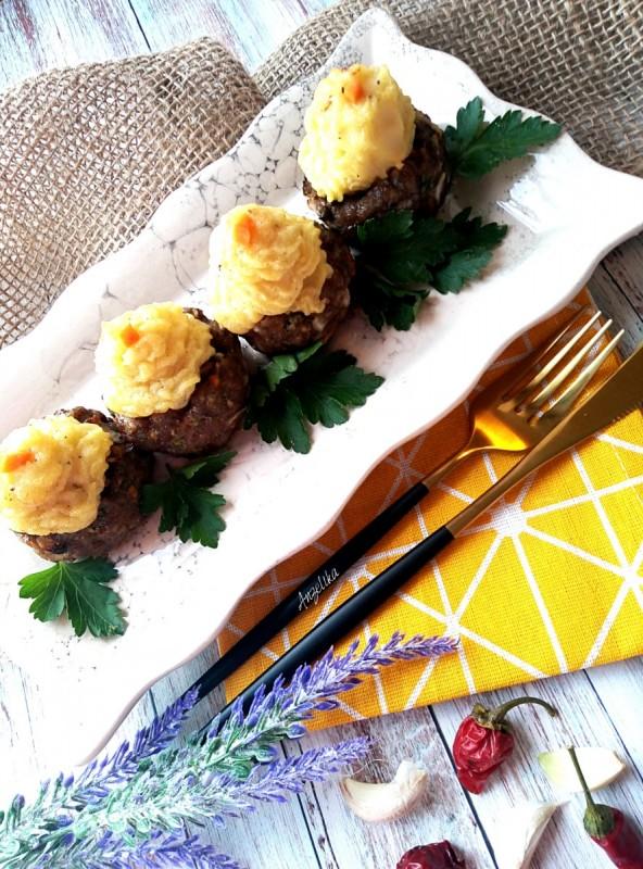 Корпички од мелено месо со печурки и пире