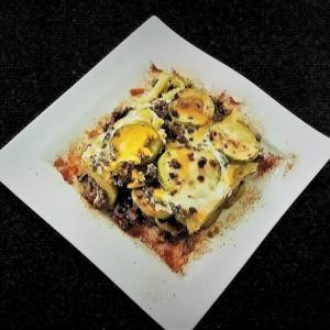 Печени тиквички со мелено месо и јајца