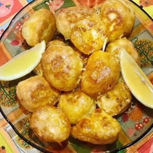 Фритули прелиени со сос од лимон