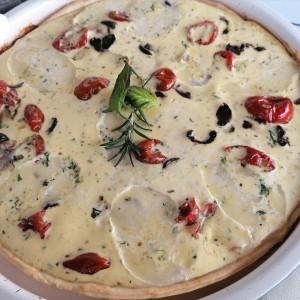 Солен тарт со моцарела, маслинки, сланина  и шери домати