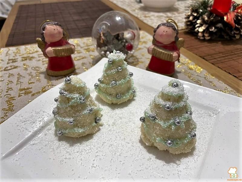 Снежни кокос елки со фил од ореви и бисквити