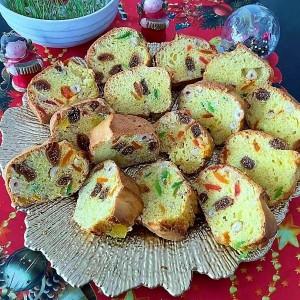 Шарен колач со сушен ананас, суви смокви, лешници и ореви