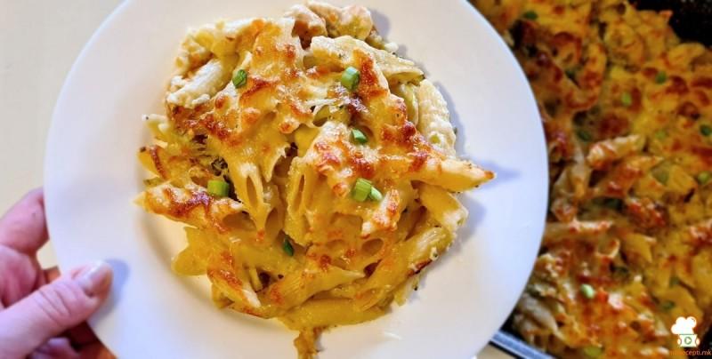 Потпечени макарони со бешамел, праз, брокула и пилешко