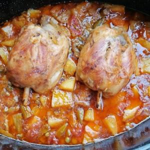 Тивко печени свински коленици со разновиден зеленчук