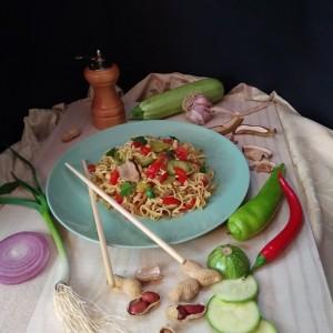Нудли со зеленчук и соја сос