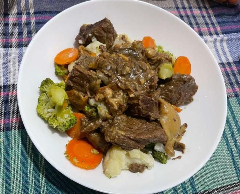 Динстано телешко месо со печурки и варен зеленчук