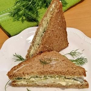 Млечен клуб сендвич со свеж копар