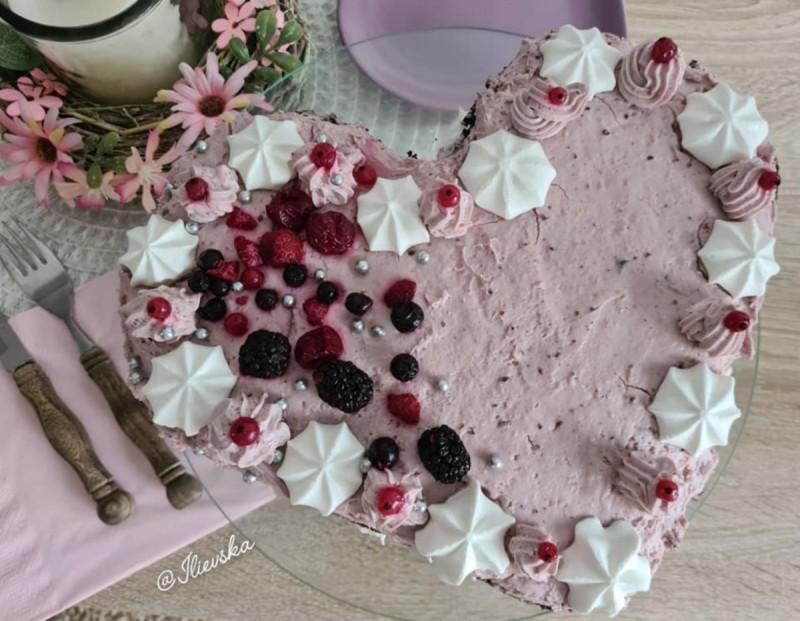 Чоколадна срце торта со шумско овошје