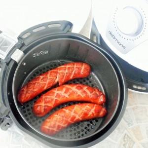Печени колбаси во апарат за готвење со топол воздух (Air Frayer)