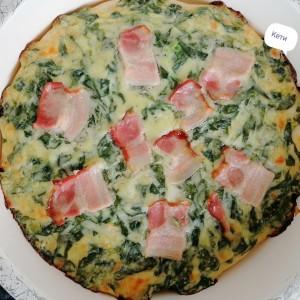 Пица со бешамел сос, спанаќ и сланина