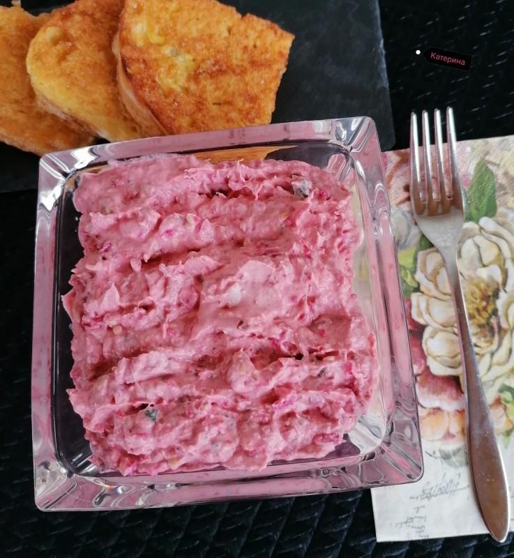 Кремаста салата од цвекло, пилешко месо и кисела павлака