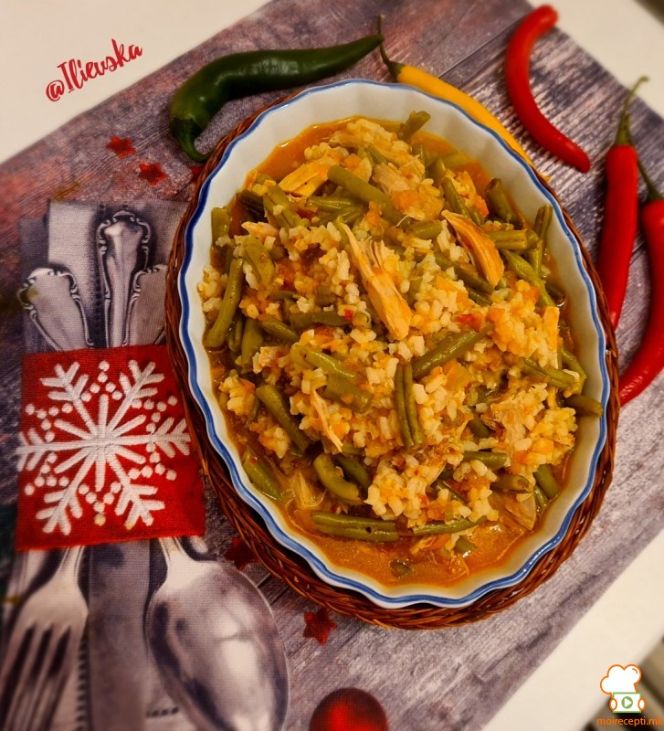 Пикантна боранија со зеленчук и пилешко