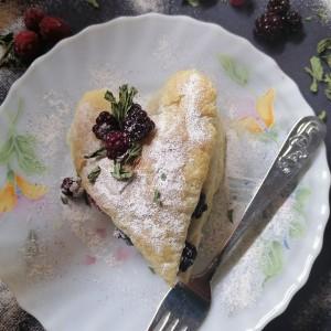 Срце од лиснато тесто, крем и шумско овошје
