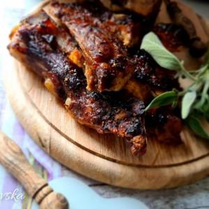 Печени свински ребра во сос