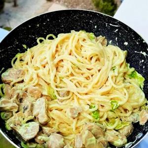 Шпагети со павлака, печурки и марулка