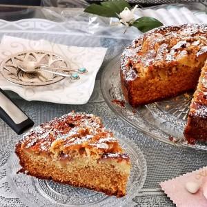 Амарето-марципан колач со јаболка