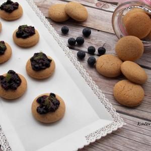 Медени колачиња со салса од шумско овошје (посно)