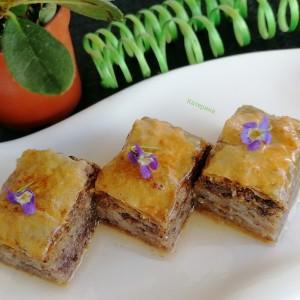 Богата и сочна баклава со орев, лешник, брусница и чоколадо