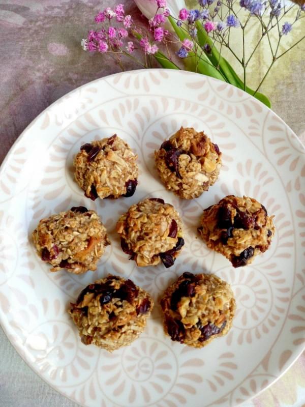 Овесни колачиња со јаболки и брусница (посно)