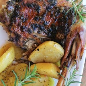 Печено јарешко месо, во ароматична маринада од свежи зачини