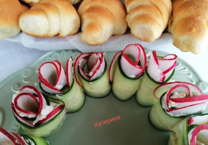 Цветови од краставица и ротквици, со намаз