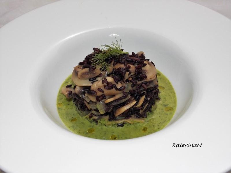 Црн ориз со шампињони и салса од магдонос