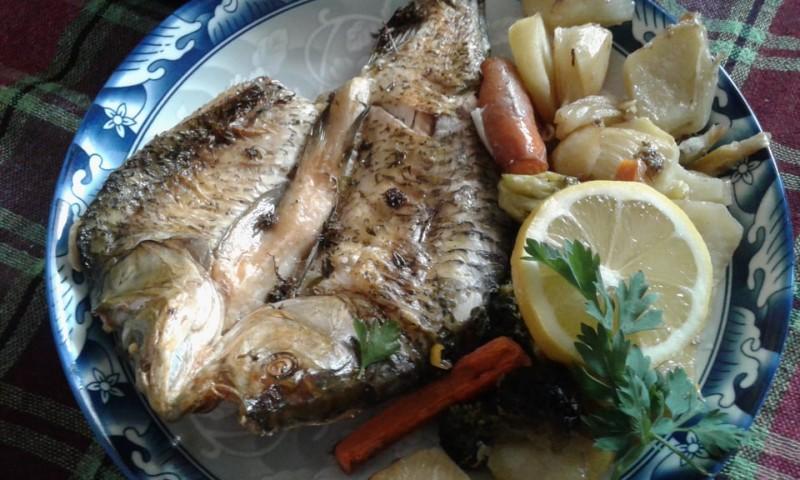 Риба на скара со зеленчук (писа)