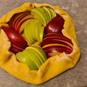 Галета со јаболки и крем од бадеми