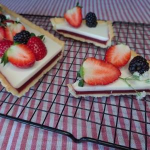 Панакота тарт со јагоди