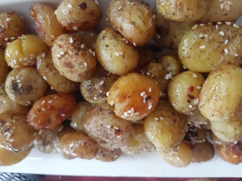 Млади компири печени со сусам