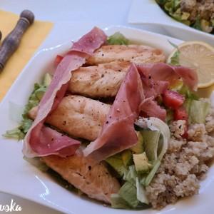 Пилешко со свеж зеленчук и сланина