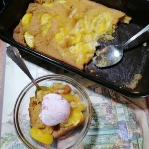 Фрут Коблер, овошен десерт со праска и сладолед
