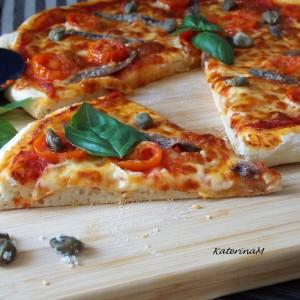 Пица со инчуни и капари