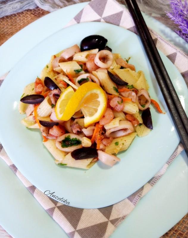 Топла салата со морски плодови
