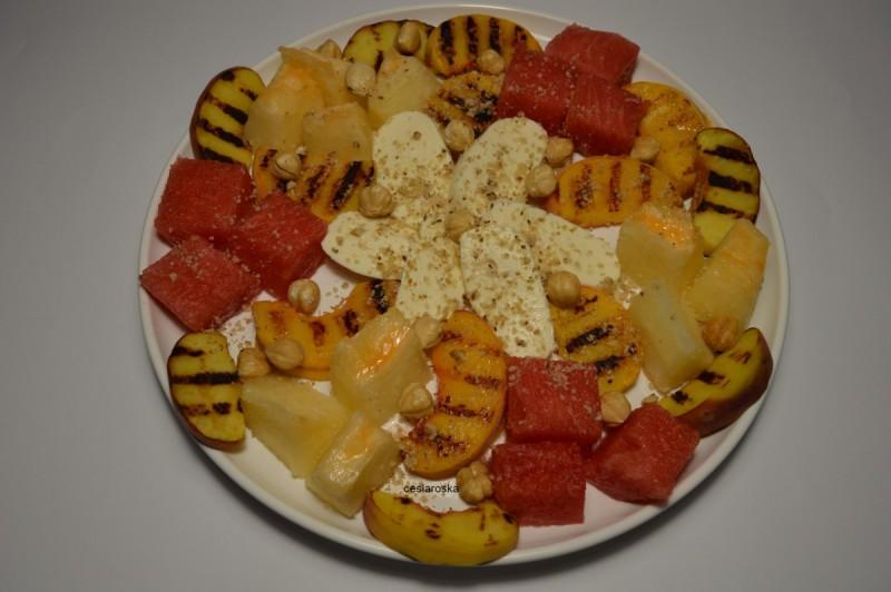 Овошна салата со печени праски и моцарела