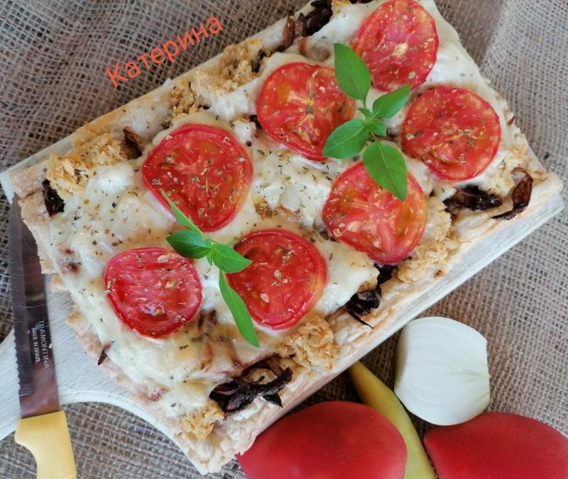 Солена пита со лиснато тесто, карамелизиран кромид и пилешки гради