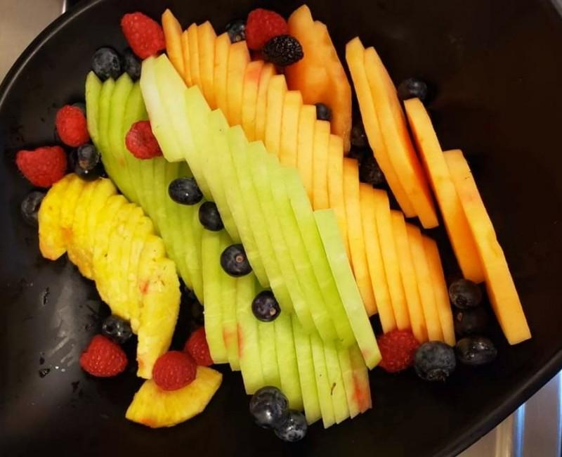 Мешана овошна салата со ананас