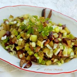 Салата со праз, маслинки и кисели крставички (посно)