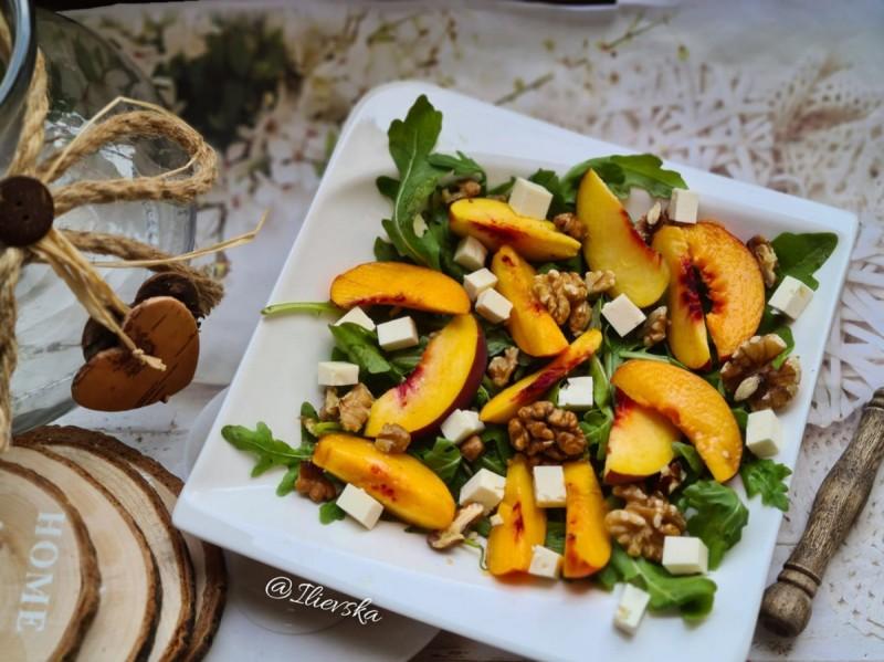 Овошна салата со рукола и ореви