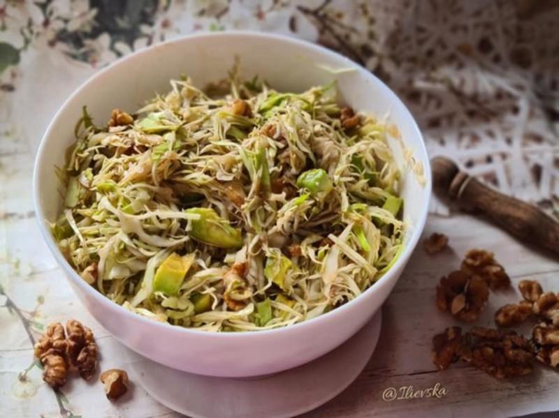 Мешана зелка салата со авокадо и ореви