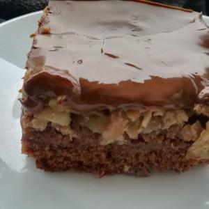 Чоколаден колач со јаболка